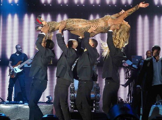 Na koncertě dala zabrat čtyřem tanečníkům.