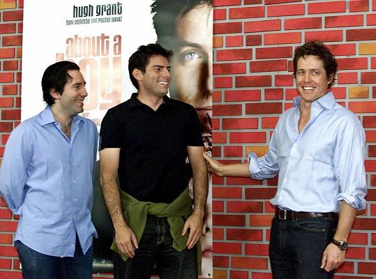 Chris a Paul Wetzovi s Hughem Grantem na premiéře filmu Jak na věc