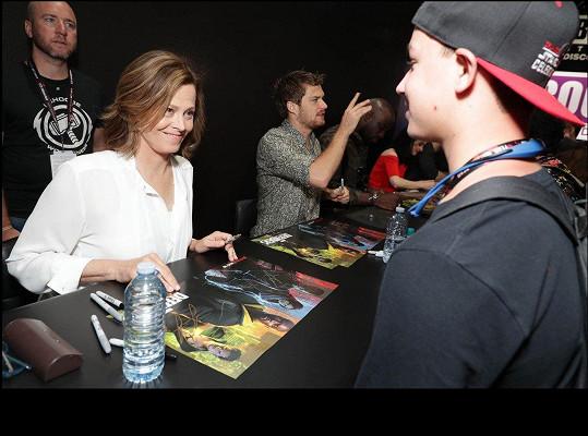 ... a neúnavně se podepisovala zástupům svých fanoušků.