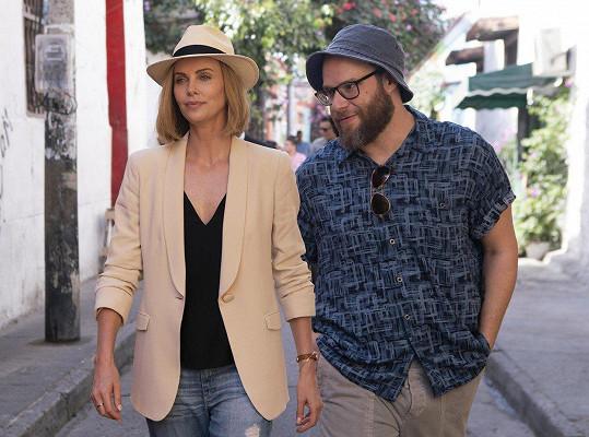 Theron s kolegou Sethem Rogenem v jejich nejnovějším filmu Srážka s láskou. I v soukromém životě už by herečka takovou srážku uvítala.