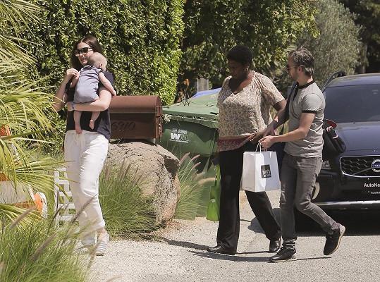 Na herečku s manželem Adamem Shulmanem narazili fotografové před domem Matthewa McConaugheyho.