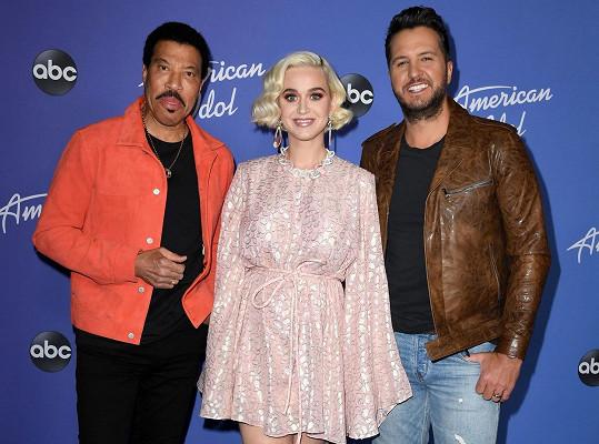 Katy Perry je porotkyní v talentové soutěži American Idol spolu s Lionelem Richiem (vlevo) a Lukem Bryanem.
