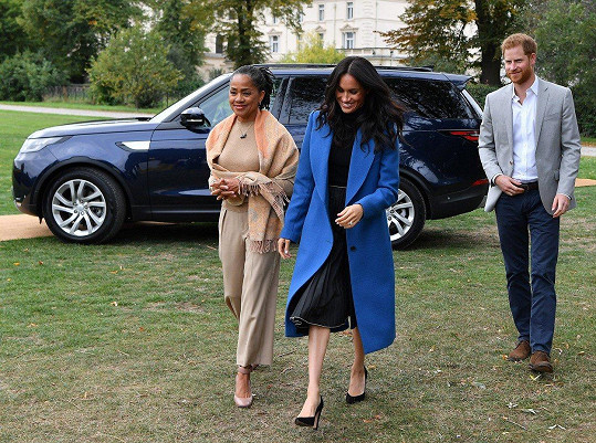 Na představení charitativní kuchařky koncem září Meghan dorazila v doprovodu manžela Harryho i matky ve volném kabátě.