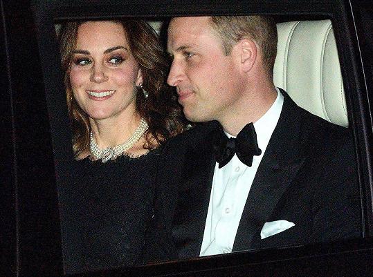 Kate měla náhrdelník zapůjčený od královny.