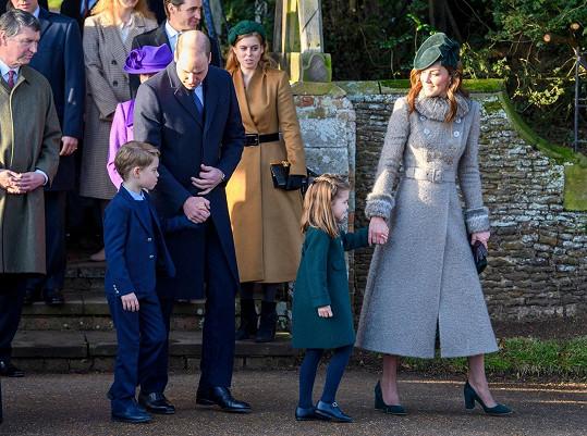 Po vánoční mši šla rodina prince Williama pozdravit fanoušky shromážděné před kostelem v Sandringhamu.