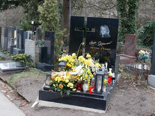 Daniel Nekonečný bude pohřben na volném místě vedle Evy Pilarové. Expartnerka zpěváka v těchto dnech zvažuje, jakou by měl mít hrob podobu. Určitě ale bude čtvercového tvaru.