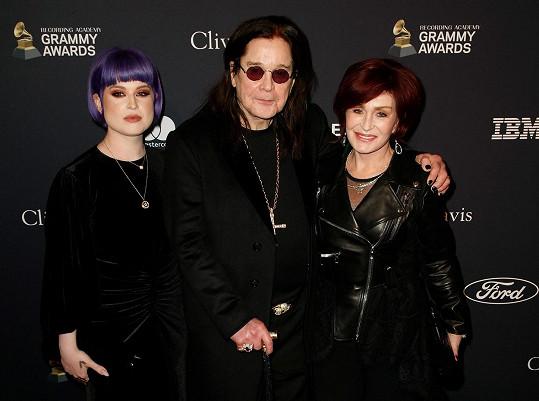 Se Sharon a dcerou Kelly zavítal i na udílení Grammy.