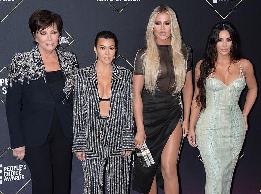 Slavné sestry (zprava) Kim, Khloé a Kourtney Kardashianovy s matkou Kris Jenner