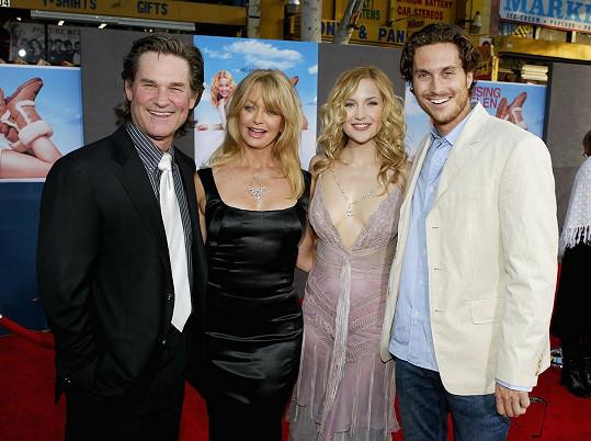 Oliver a Kate mají společné rodiče Goldie Hawn a Billa Hudsona, otce jim ale od dětství dělá Kurt Russell.
