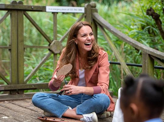V džínách a teniskách se mohla pohodlně usadit a promluvit s dětmi o vztahu k přírodě.