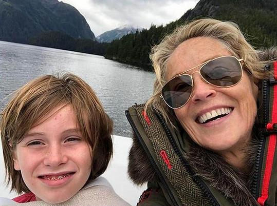 Sharon s nejmladším synem Quinnem na Aljašce.