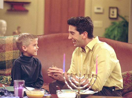 Cole Sprouse v Přátelích se svým seriálovým otcem Davidem Schwimmerem