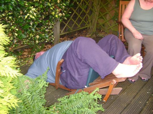 Když pod Chrisem prasklo zahradní křeslo, změnil se mu život.