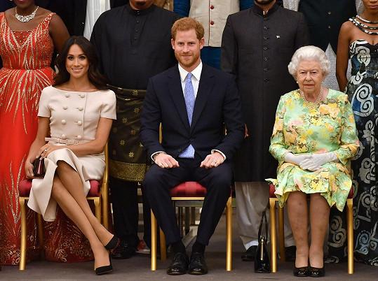Meghan a princ Harry se pustili do kritiky královské rodiny.