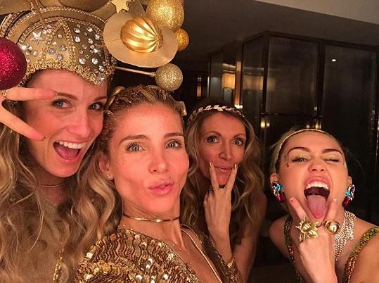 Elsa (uprostřed) si byla s Miley (úplně vpravo) vždy blízká.