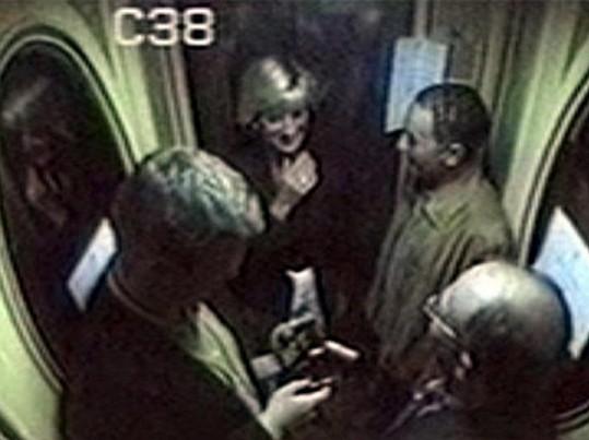 S přítelem Dodim Al-Fayedem se snažili nepozorovně uniknout před paparazzi.