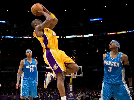 Bryant (uprostřed) byl považován za jednoho z nejlepších basketbalistů všech dob.