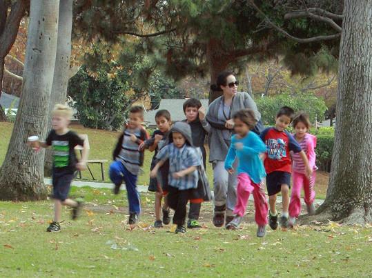 Nadya Suleman s dětmi v parku.