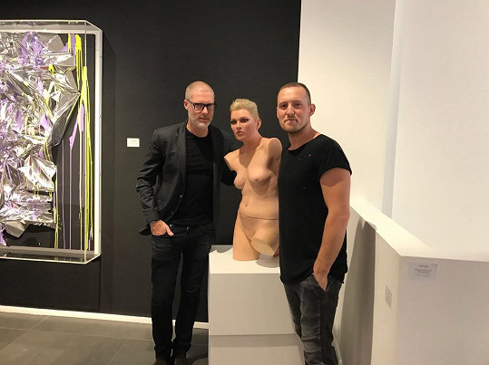 Zadavatel zakázky a ředitel prestižní Opera Gallery Jean-David Malat (vlevo) a autor sochy, uznávaný litevský umělec Edgar Askelovic.