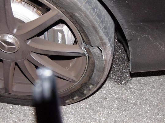 Tohle byl jeden z důvodů, proč policisté golfistovo auto za téměř čtvrt miliónu dolarů zastavili. Proražené pneumatiky.