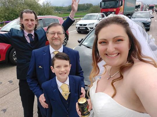Laura Luckhurst se cestou na svatbu dostala do několikahodinové zácpy. Na snímku s rodinou