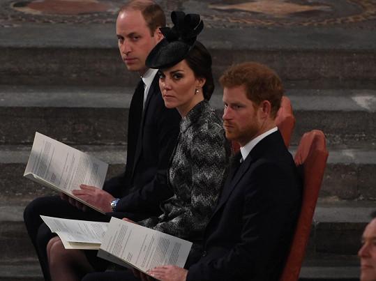 William, Kate a Harry uctili památku obětí teroristického útoku.