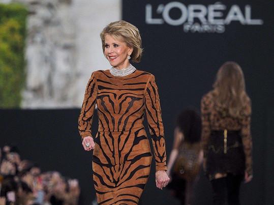 Dámy a pánové, šaty z nové kolekce L'Oréal vám právě předvádí Jane Fonda (79).