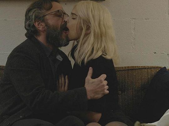 Emily se před kamerou líbala s hercem, který by mohl být jejím otcem.