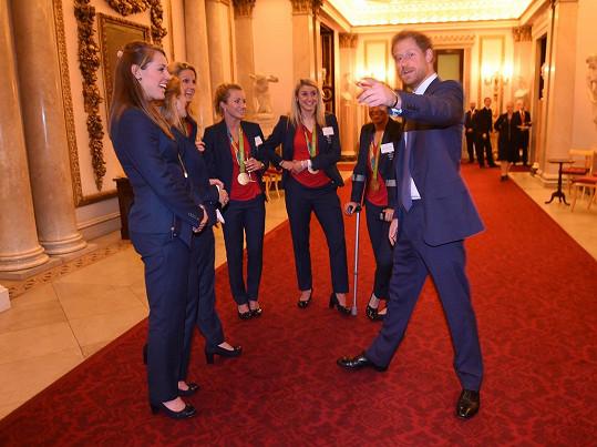 Princ Harry na recepci, kterou pro britský paralympijský tým královna uspořádala v roce 2016.