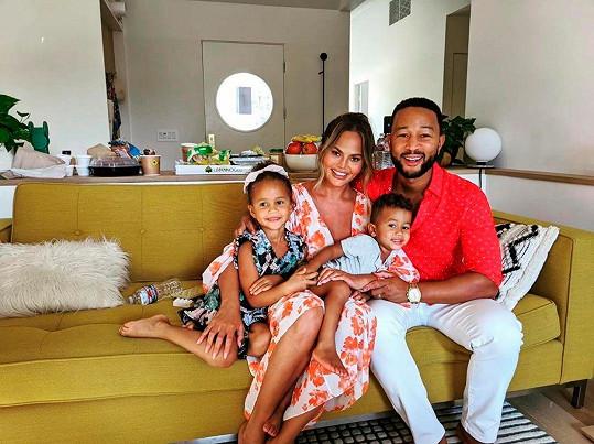 Chrissy a John s dcerou Lunou (4) a synem Milesem (2)