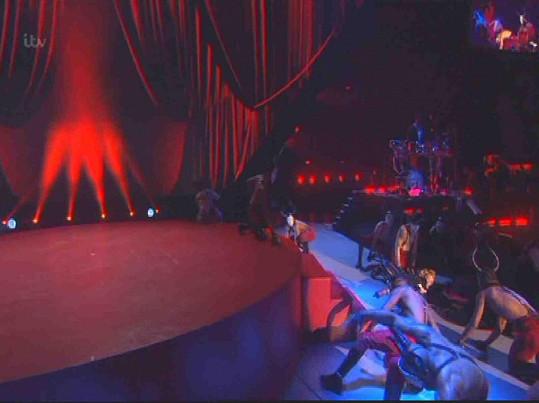 A nebohá Madonna skončila na zemi.
