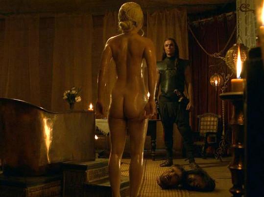 Tělo mladé Angličanky se objevuje v seriálu Hra o trůny, kde natáčí odvážné scény místo Emilie Clarke.