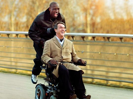 Snímek z filmu Nedotknutelní (2011). V hlavních rolích François Cluzet jako ochrnutý Philippe a herec Omar Sy jako ošetřovatel Driss.
