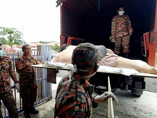 Místo záchranky museli pro muže přijet záchranáři v náklaďáku.