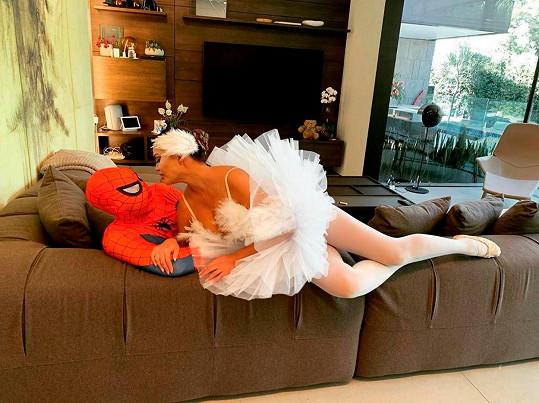 Její manžel John Legend se proměnil ve Spider-Mana.
