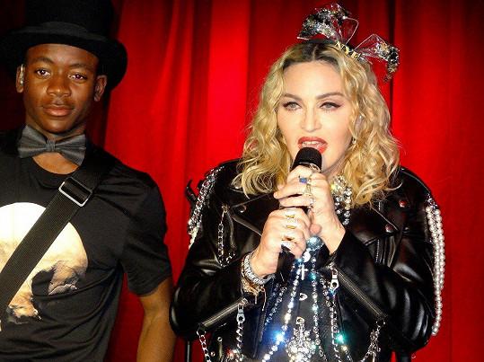 Madonna vystoupila s adoptivním synem Davidem a všechny šokovala svým pozadím.
