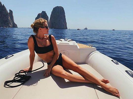 Rosie Huntington-Whiteley zásobuje fanoušky fotkami v bikinách.