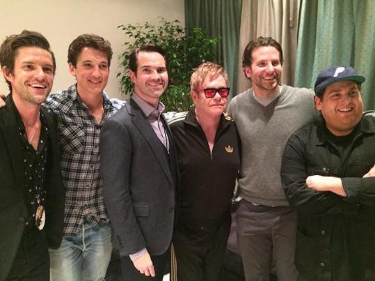 Bradley (druhý zprava) trávil středeční noc s kamarády na koncertě Eltona Johna a po barech.
