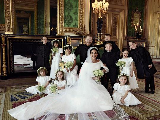 Novomanželé s dětmi, které šly za družičky a mládence