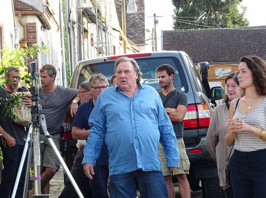 Gérard při natáčení se štábem