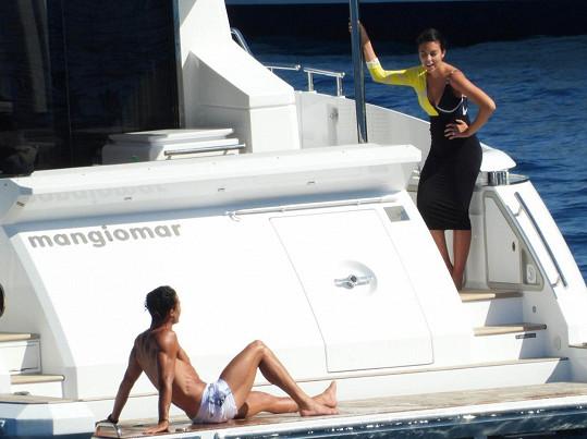 Na jachtě byl s partnerkou Georginou.
