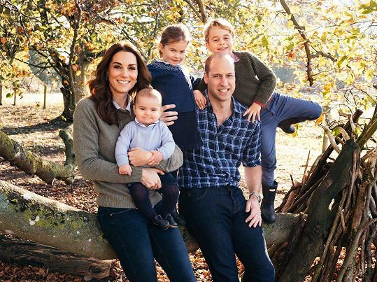 Celou rodinu pohromadě zachytil fotograf na vánoční přání v roce 2018.