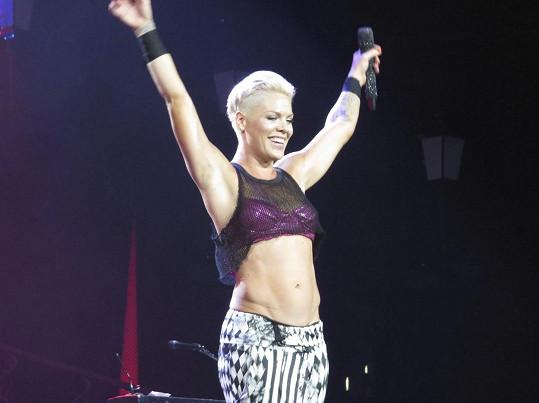 Dříve zpěvačka nechávala vyniknout své pevné tělo.