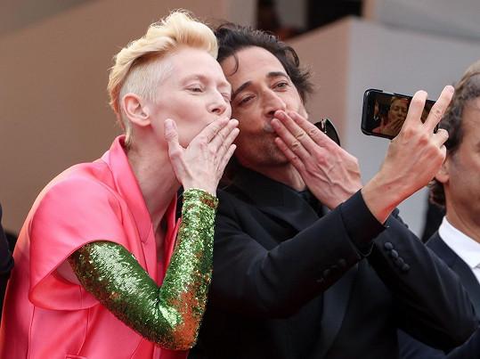 S kolegyní Tildou Swinton fanouškům posílali polibky.