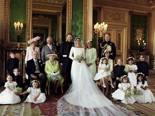 Ženich Harry a nevěsta Meghan jsou obklopení příbuznými.