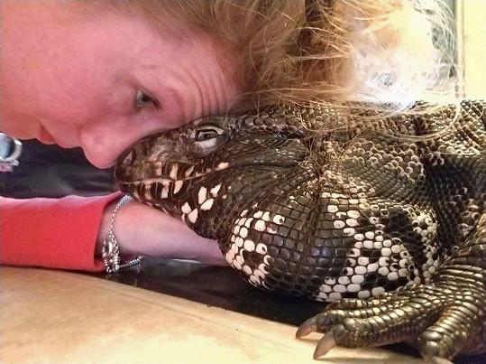 Tahle paní má ještěry v oblibě.