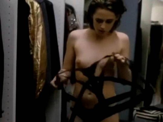 Kristen si ve filmu sundá podprsenku.