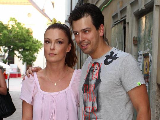 S Matejem Chrenem kdysi chodila slovenská herečka Elena Podzámska.