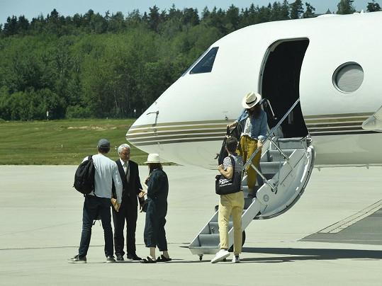 Herečka dorazila do Česka s rodinou a přáteli.