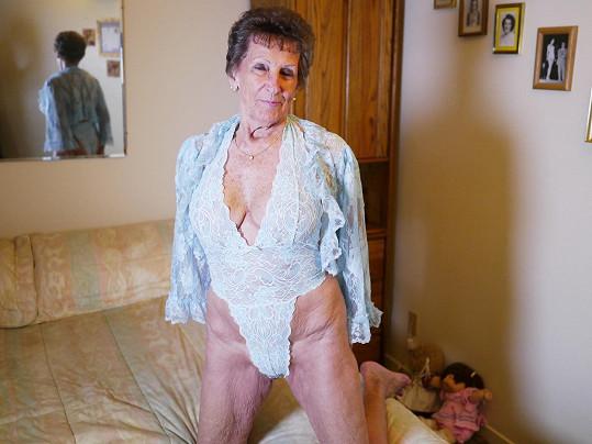 Babička z Kalifornie vyplnila díru na pornotrhu.